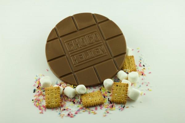 Vollmilch mit Marshmallows, Zuckerstreuseln und Butterkeks