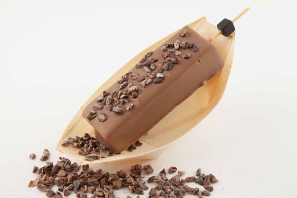 Edelnougt ummantelt mit Vollmilchschokoladen und Kakao-Nibs.
