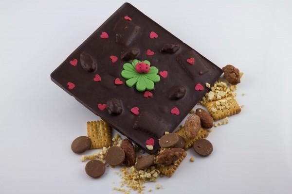 Zartbitterschokolade mit gebrannten Mandeln, geraspeltem Nougat, Karamelldrops und Butterkeksen