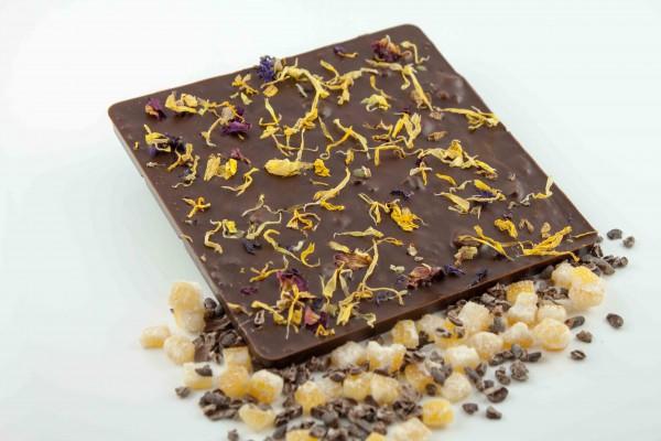 Zartbitter Schokolade mit herb, fruchtigen Orangenstückchen und Kakaobohnensplittern