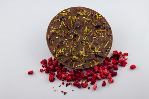 Vollmilch Schokolade kombiniert mit fruchtigen Erdbeerstückchen und scharfem Chili