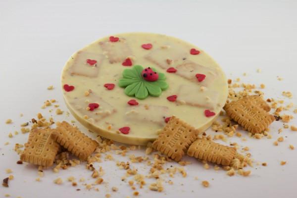 Weisse Schokolade mit gehackten Haselnüssen und kleinen Butterkekse