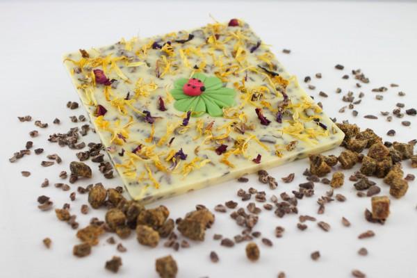 Weisse Schokolade mit süßen Feigenstückchen und gerösteten Kakaobohnensplitter