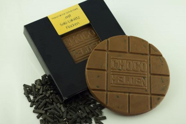 Vollmilch-Schokolade mit Salz-Lakritz-Flocken.