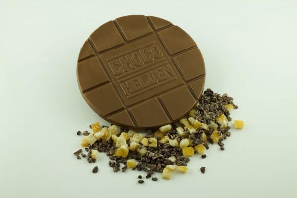 Vollmilch mit Kakaobohnensplittern und Orangenstückchen
