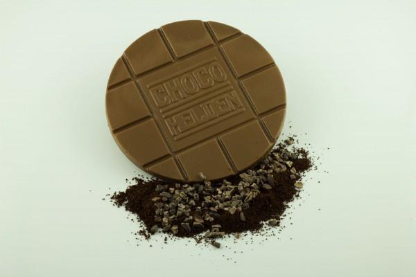 Vollmilch mit gemahlenen Espressobohnen und Kakaobohnensplittern