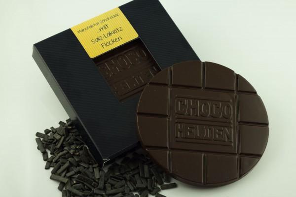Zartbitter Schokolade mit Salz-Lakritz-Flocken.