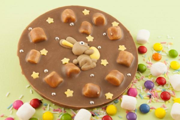 Vollmilchschokolade mit bunten Streuseln, Schokolinsen und Marshmallows